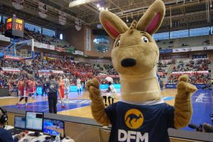 Dufim, mascota de DFM Rent a Car, en el Palacio de los Deportes de Murcia