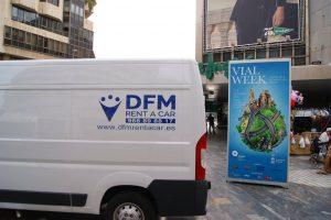 Furgoneta de DFM Rent a Car en el stand de Vial Week en la avenida de la Libertad de Murcia.