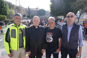 Organizadores y patrocinadores de la ruta motera por la vida, junto al obispo de la Diócesis de Cartagena, José Manuel Lorca Planes.