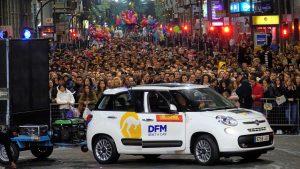 Uno de los vehículos de alquiler de DFM Rent a Car en el Entierro de la Sardina. Imagen: Joaquín Zamora.
