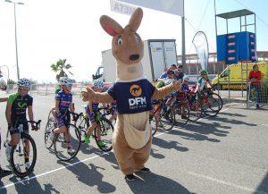 La mascota de DFM Rent a Car, DuFiM, junto a los ciclistas del Valverde Team