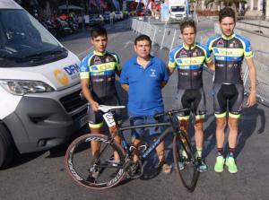 Una furgoneta de alquiler de DFM Rent a Car, en Alicante junto al equipo ciclista de La Tova.