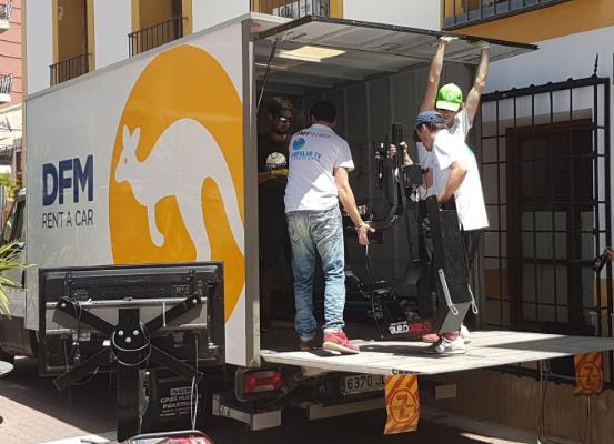 Furgón de alquiler de DFM Rent a Car, alquilado por Popular TV Región de Murcia para un directo en el Corpus Christi de Archena.