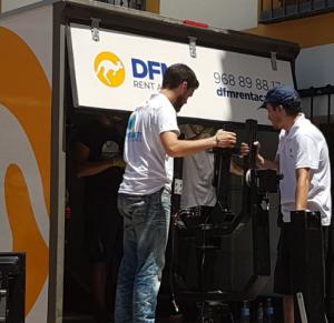 Trasera de un furgón de alquiler de DFM Rent a Car, empresa dedicada a los vehículos de alquiler en el mediterráneo.