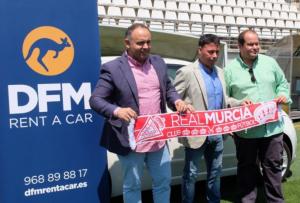 Manolo Sanlúcar, nuevo técnico del Real Murcia, junto a uno de los vehículos de alquiler de DFM Rent a Car en Murcia.