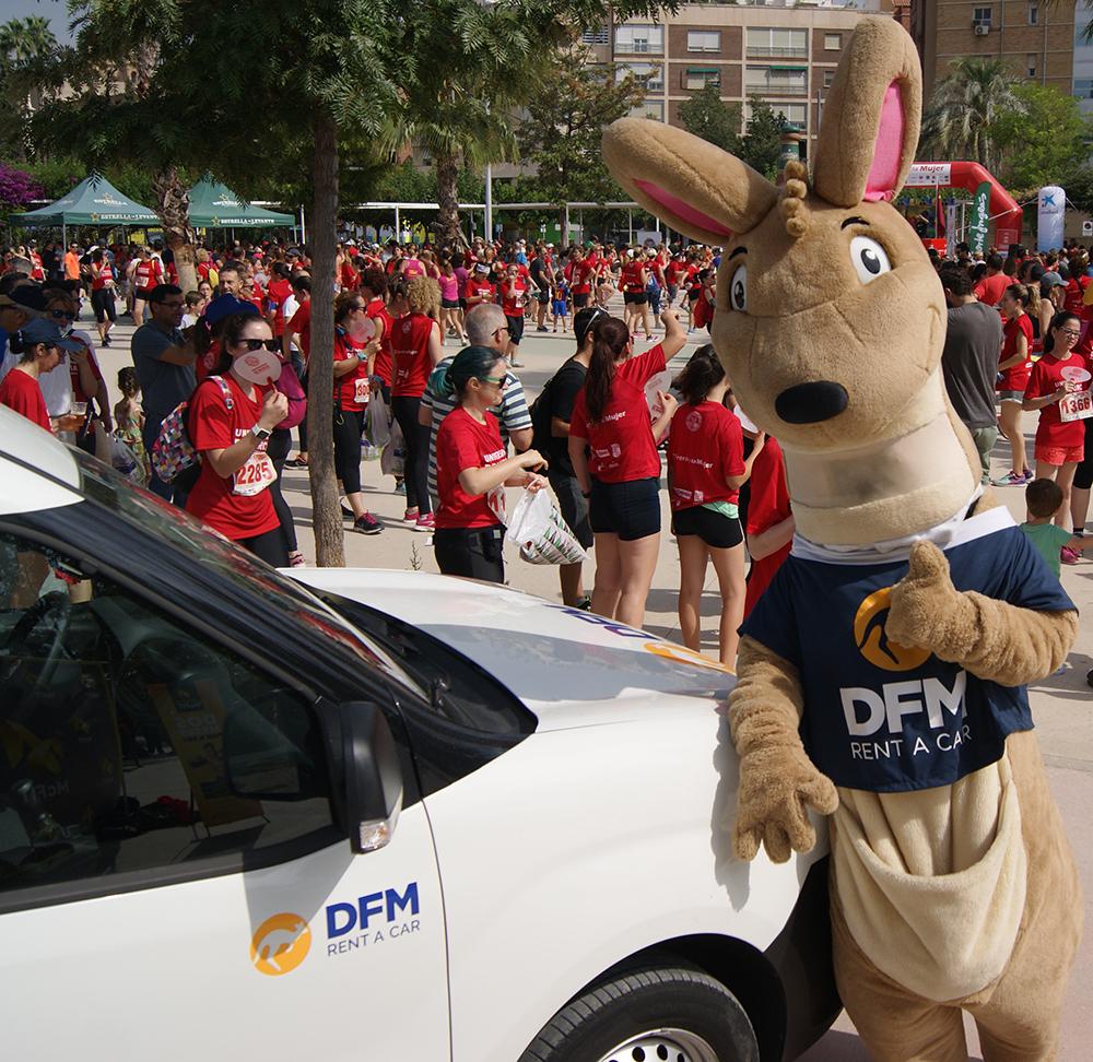DuFiM, la mascota de DFM Rent a Car, no se perdió la II Carrera de la Mujer de Murcia.