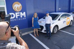 La ganadora del concurso, Carmen Talavera, junto a Juanjo, de DFM Rent a Car.