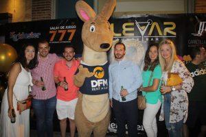 La mascota de DFM Rent a Car, DuFiM, en el aniverario del bar de Murcia Bulevar.