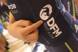 Un corredor del Valverde Team, en un gesto de apoyo hacia DFM Rent a Car