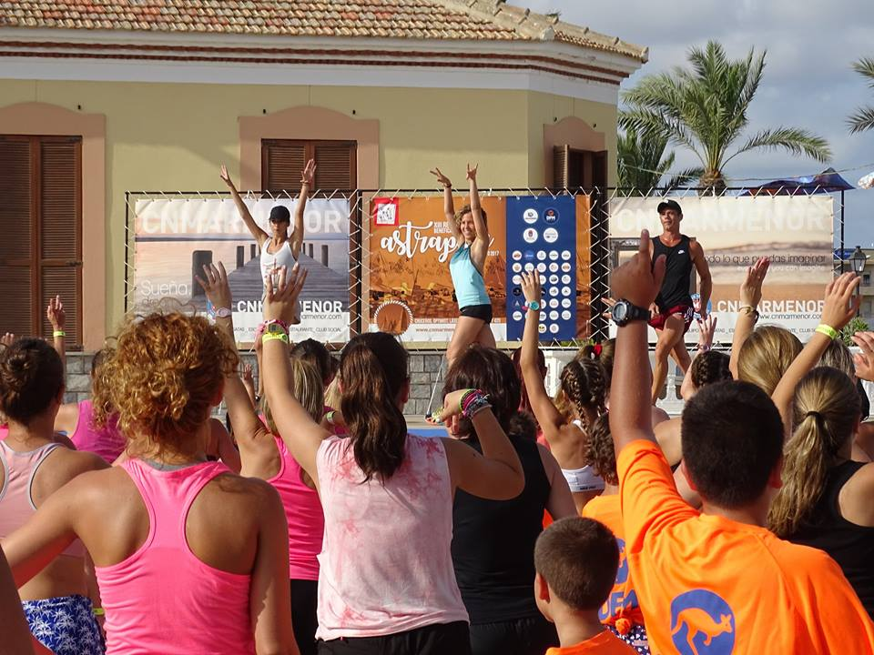 Zumba solidaria en el Mar Menor a beneficio de Astrapace.