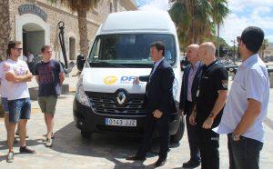 Diego Miranda, de GEES-Spain, en un momento del simulacro junto al Museo Naval de Cartagena con una furgoneta Renault Master de DFM Rent a Car.