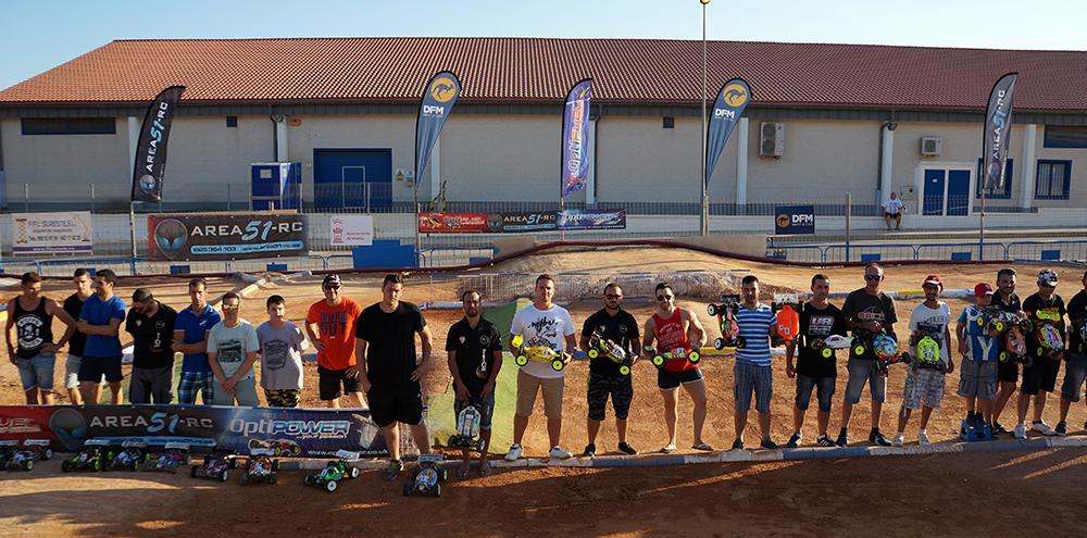 Participantes en la primera prueba de coches de radiocontrol, patrocinada por DFM Rent a Car