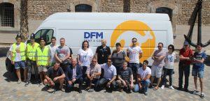 Profesores y alumnos del curso de verano, junto a la furgoneta de DFM Rent a Car