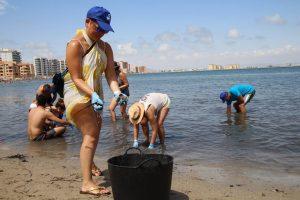 400 voluntarios se volcaron en la Eco Ensenada del Esparto de La Manga.