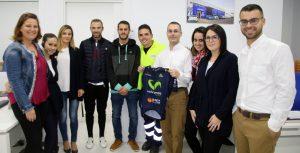 Alejandro Valverde, en el centro, junto a los trabajadores de DFM Rent a Car