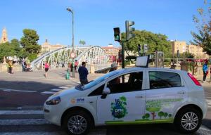 Uno de los vehículos ecológicos de DFM Rent a Car, propulsado a gas natural.