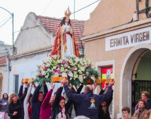 Los vecinos de Las Tejeras sacan en procesión a la Virgen de La Paz.