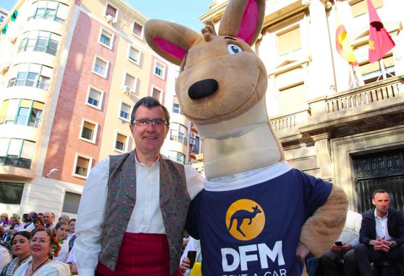 El alcalde de Murcia, José Ballesta, junto a la mascota de DFM Rent a Car en el desfile del Bando de la Huerta 2018. ¡Sigue moviéndote!