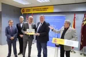 Juan Jesus Sanchez, consejero delegado de DFM Rent a Car, recibe un diploma de manos de Francisco Bernabe, delegado del Gobierno en Murcia